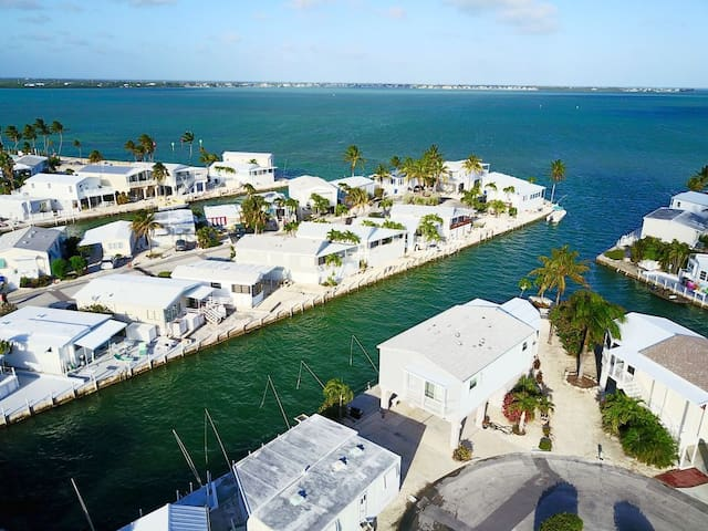 """Feliz in the Keys"" Waterfront RV Lot~35' Dockage!"