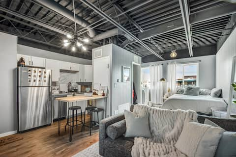 Industrial Style Studio Apartment - Atwood/Schenk