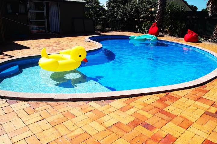 Poolside Oasis in Popular Clive