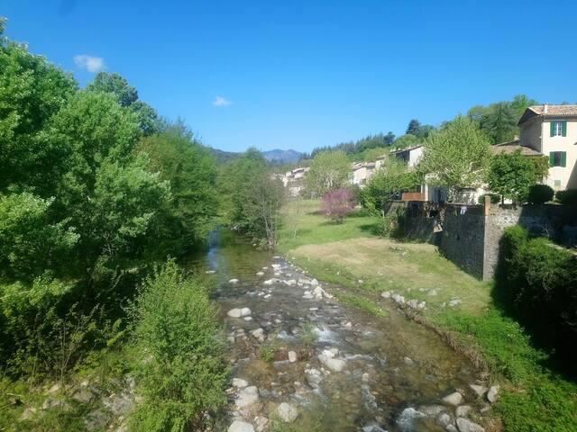 Bel appartement/toit terrasse/village/ rivière