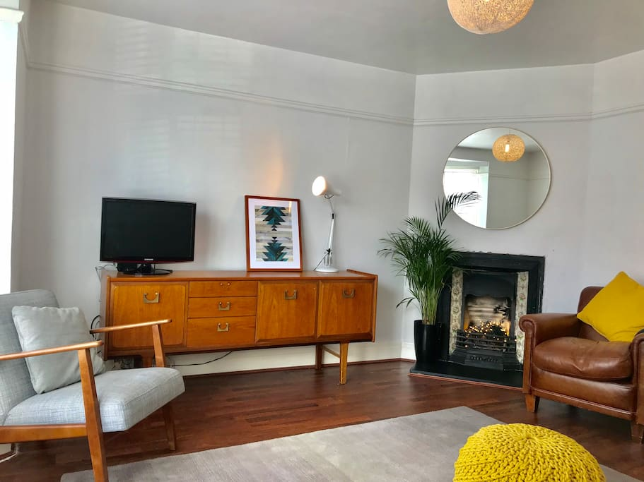 Mid-century inspired stylish sitting room with plenty of room for everyone