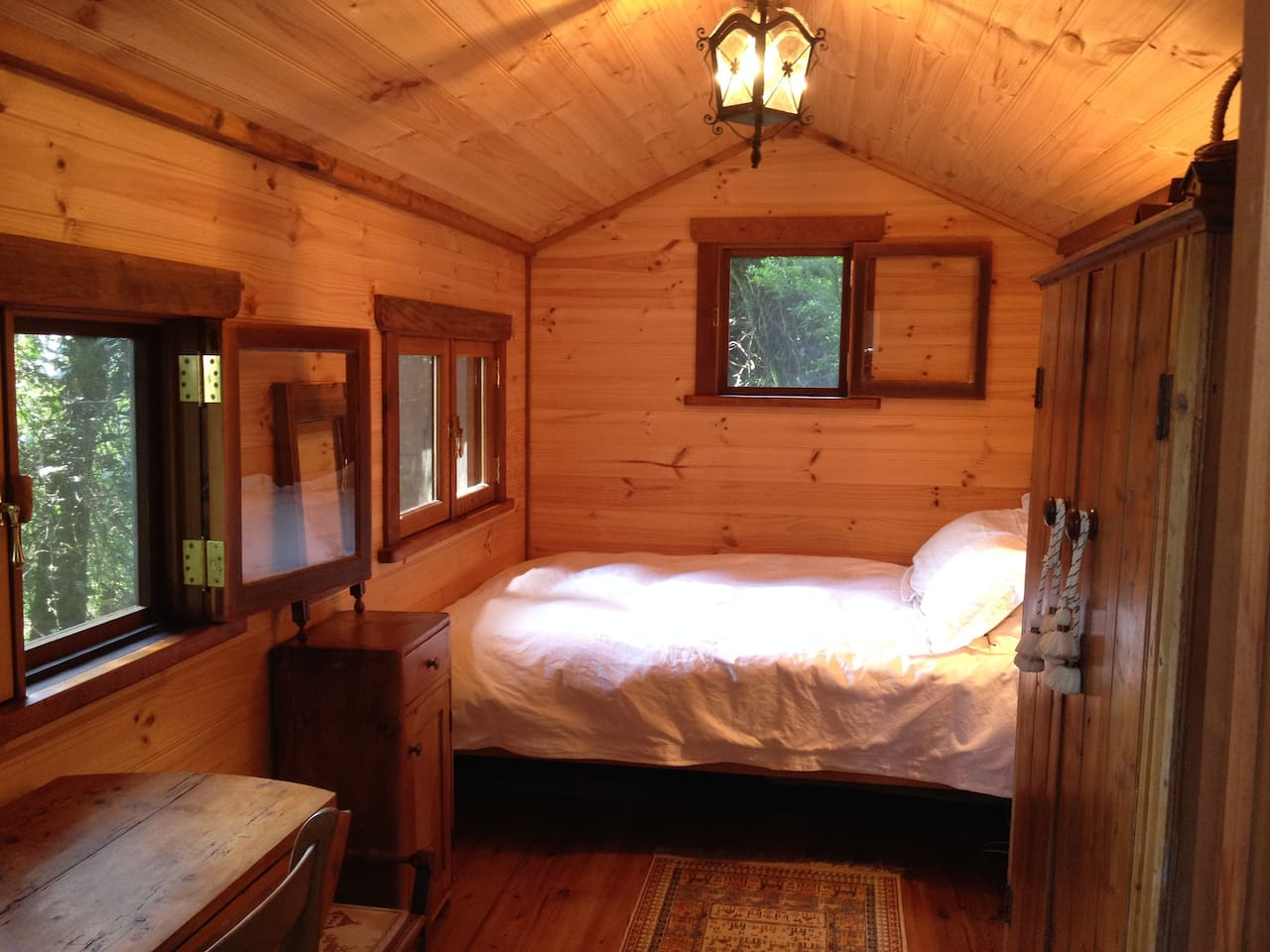 Romantic, cosy bedroom hut nestled within the forest