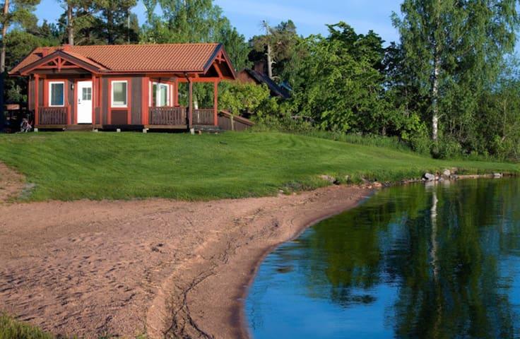 Stuga med privat strand och brygga! - Västerås - Cabaña