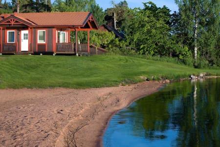Stuga med privat strand och brygga! - Västerås - Kabin