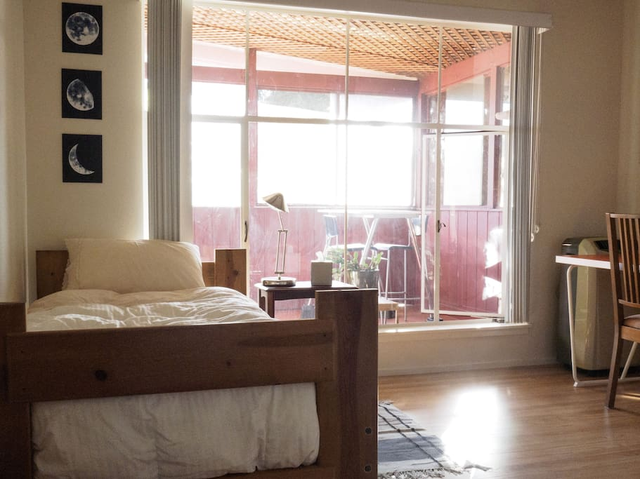 Comfortable and calm single bedroom with private sunroom beyond