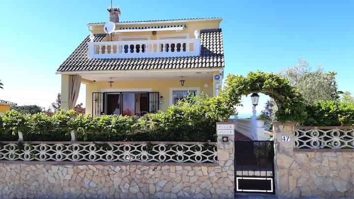 130m2 house with garden, terrace and barbecue.