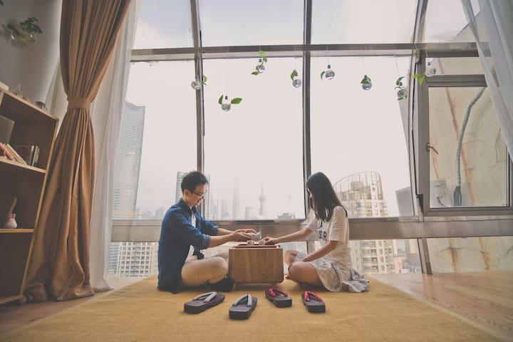 超美外滩临江景观落地窗公寓,日式清新+投影