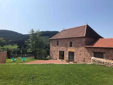 Maison à la campagne face aux collines