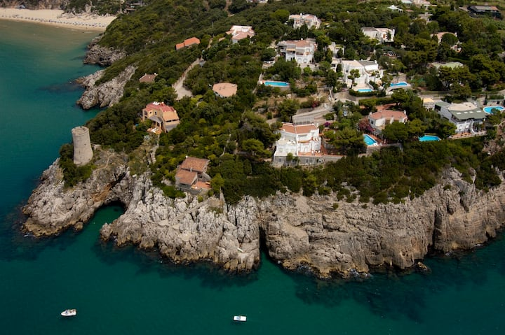 villa con piscina con vista a 180° sul mare