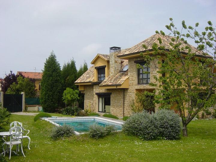 Chalet en Gijón con jardín y piscina