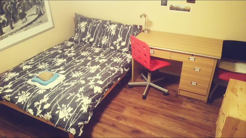 Studio w/parking by subway,24 hrs buses,main roads