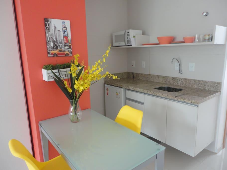 A mobília do apartamento é composta de aparelho de TV, ar condicionado split, armários da Florense, cama box, micro-ondas, cookie top, frigobar, cadeiras e mesa da Tok & Stok