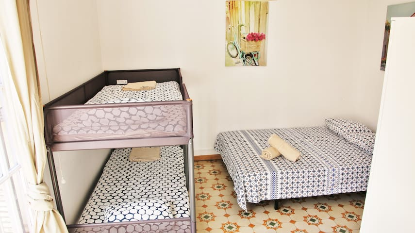 Hostal room for 4 persons l'Eixample