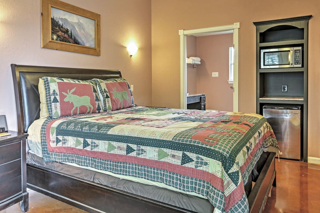 Relax on the queen bed and watch the flat-screen cable TV.