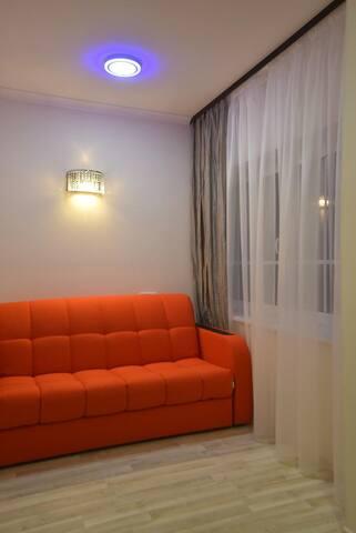 комната с диван-краватью,очень удобное спальное место.