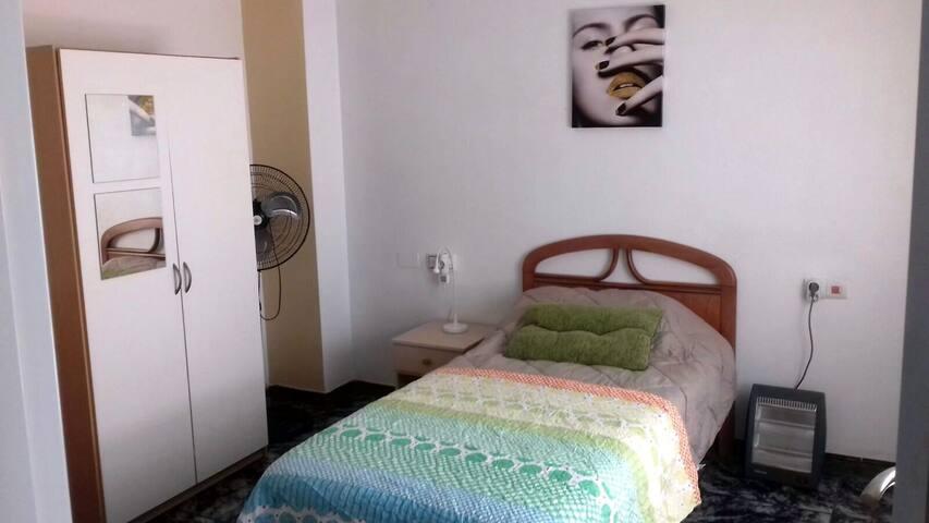 HR1 Preciosa habitación.. CHICAS SOLAMENTE.