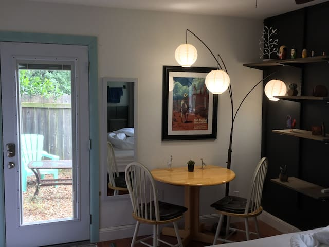 Sunny private studio in quiet area near ZilkerPark
