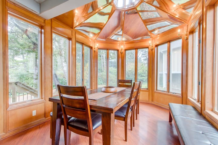 Dog-friendly, 3-level house with private hot tub, deck, game room
