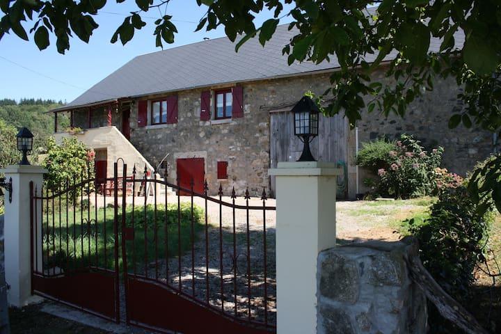 Rustig gelegen boerderij - Saint-Léger-de-Fougeret - Hus