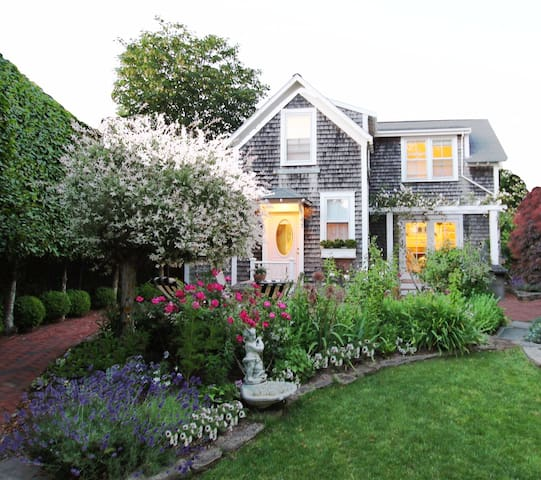 Charming 3BR Nantucket Cottage by Town/Beach