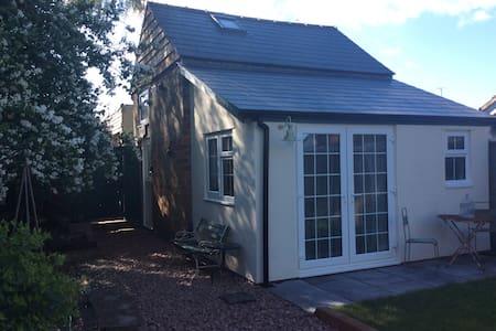 Artisanat Cottage, small & beautiful. Dog friendly