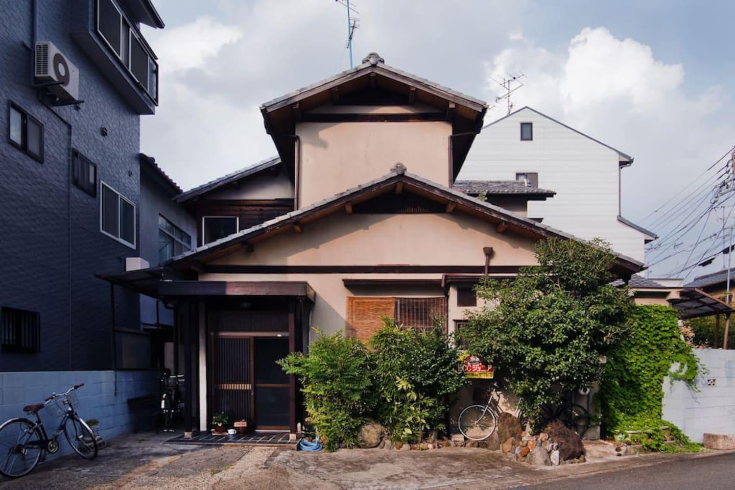 こちらが、家です。築50年以上の日本家屋です。ご近所はとても静かです。