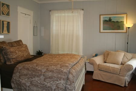 Cozy Room in a Charming Cottage - Fort Worth - Bungalow