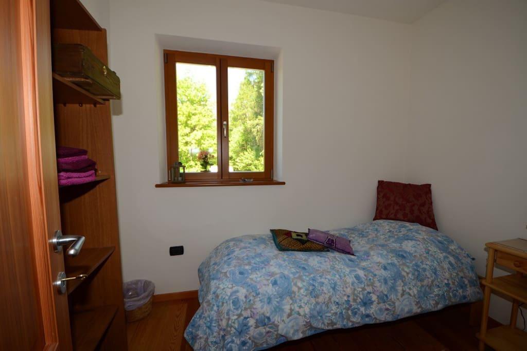 Stanza singola nel verde bosco, private room in the green forest