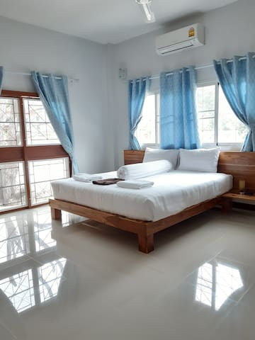 This is room 1.A spacious room with plenty of natural light.This is an ensuite room with a side door entrance for entry and exit. There is also another entrance via the living room