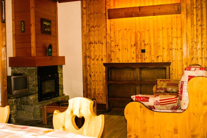 Séjour avec coin repas - coin cheminée - canapé transformable lit gigogne