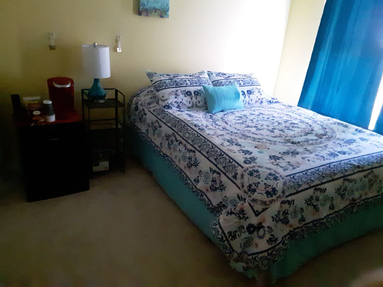 Queen bed, plush comforter, green tea foam & spring mattress & Memory Foam mattress topper.  ROOM AMENITIES: Keurig, microwave, mini frig (soda, water, beer) snacks, Fire TV w Hulu Live, Netflix & Prime Video.    Free bottle of wine DEC-FEB'20.