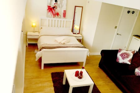Luxury studio apartment for 2 - Coventry - Ház