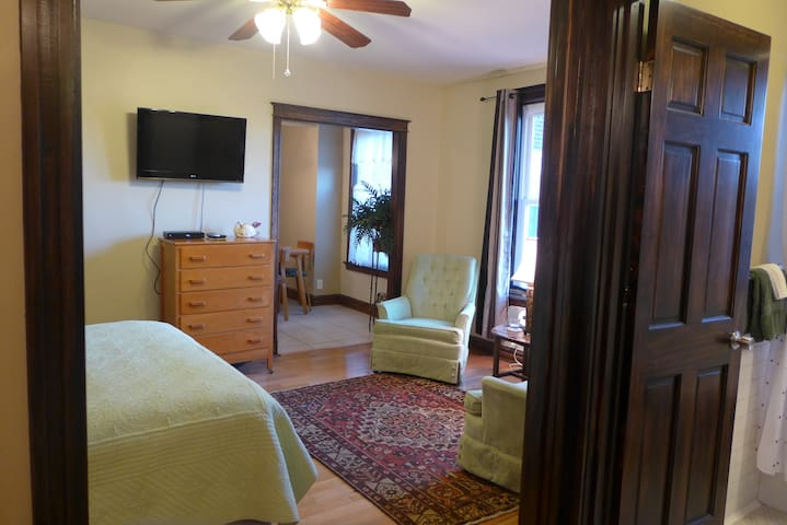 Lovingly Furnished Studio In Heart Of St. Louis - St. Louis