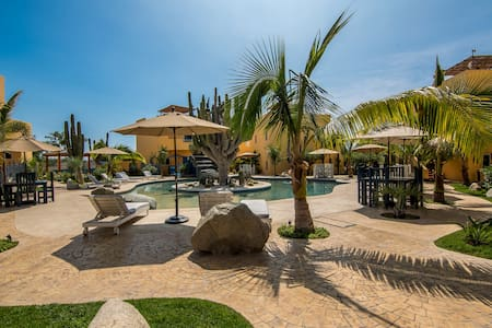 2 Bedroom with pool, 2min walk to Cerritos Beach!