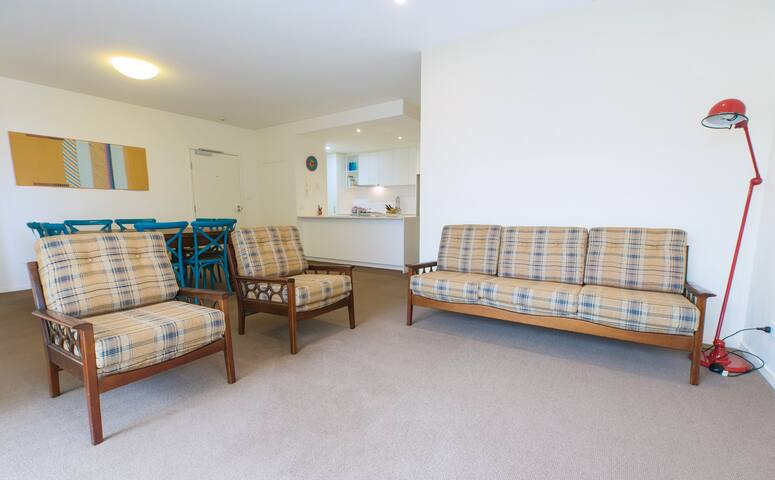Spacious 1bdr apartment two stops from Melb CBD - Kensington - Apartamento