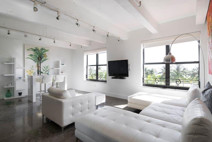 Luxury, Prime, 2 Bedroom Apt (on Ocean Drive!)