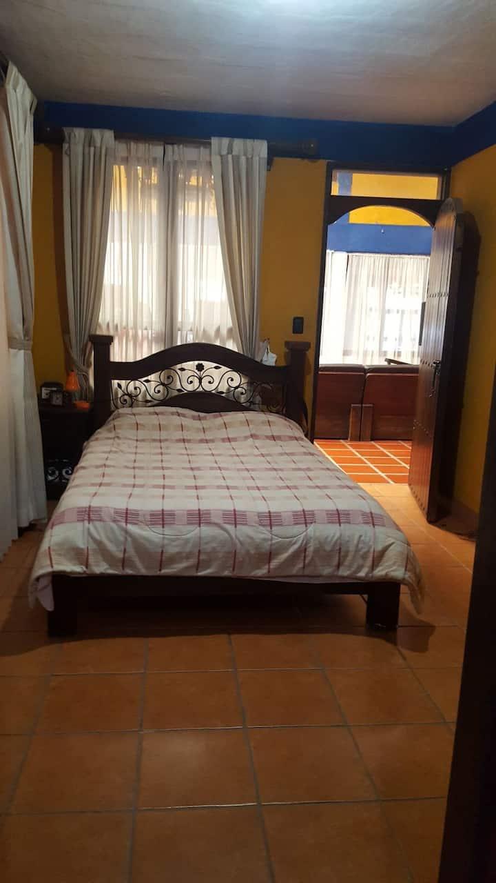 Habitación estilo colonial persona sola o pareja.