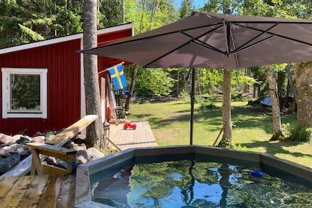 Modern stuga mitt i idyllen Saltkråkan