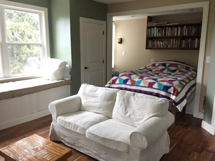 Farmhouse Retreat - Mini Kitchen - 20 Mins to City