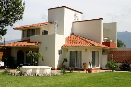 Casa con amplio jardín, palapa y hamacas - Oaxaca