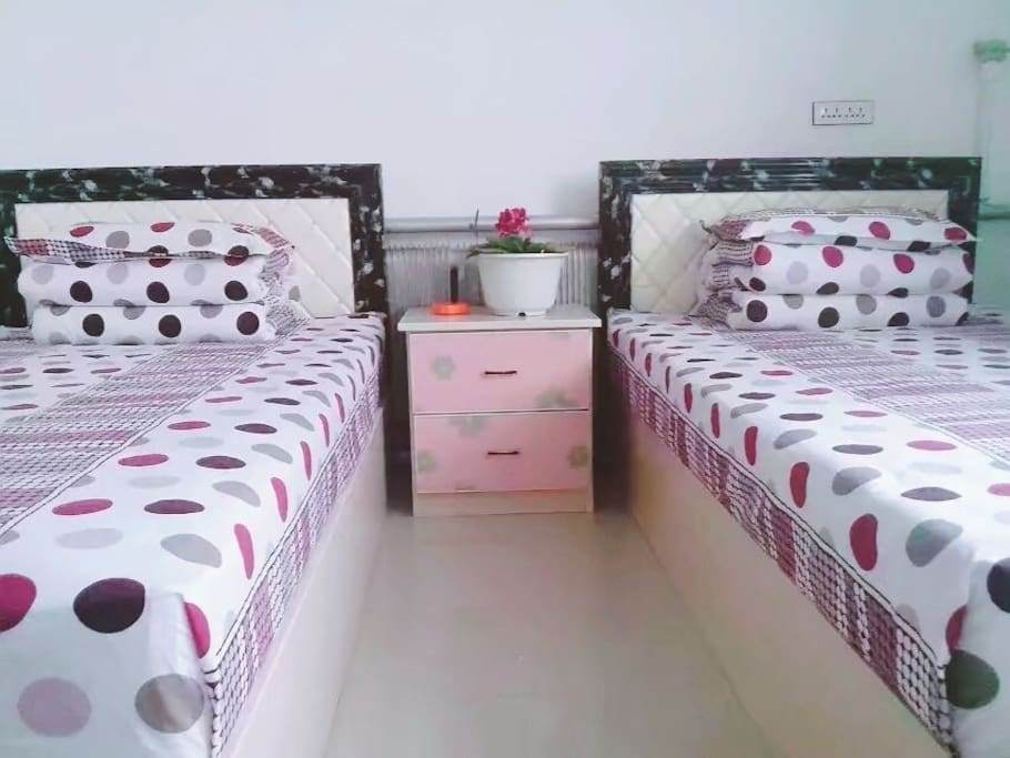 2张1.2米的单人床,房间整洁安静没有噪音,提供电视、无线、暖气等。