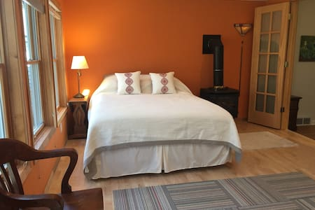 Cozy, Bright Suite with Private Entrance - Madison