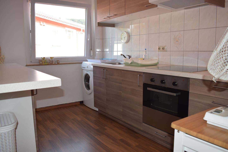Geräumige Küche mit allen Basics und Waschmaschine.