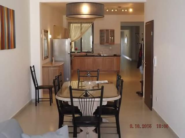 Centrally Located, 4 bedroom Apartment - Victoria - Apartmen