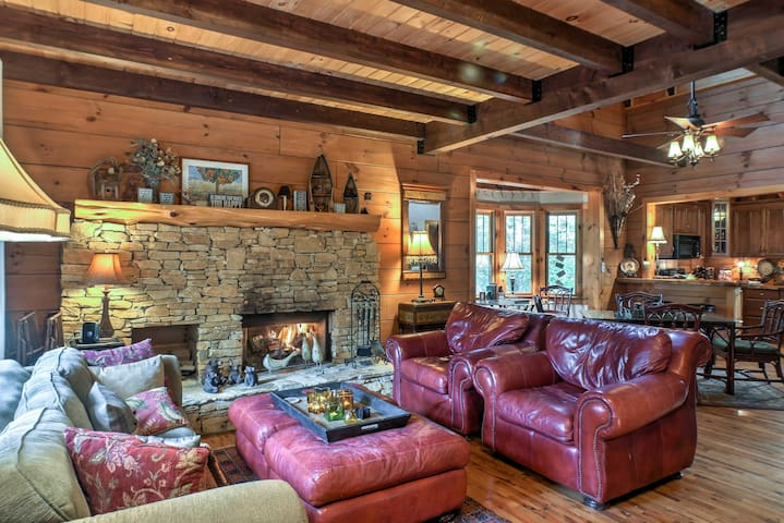 TimberWood Lodge' Cabin w/Hot Tub, Game Room