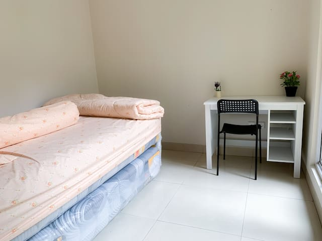 Cozy guest house at Gading Serpong (WIFI)
