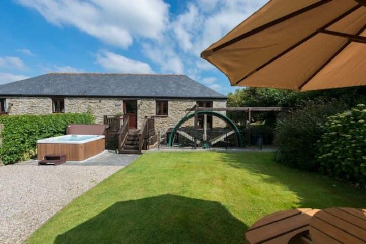 Huge Mill & Wheel House, dog-friendly w/hot tubs