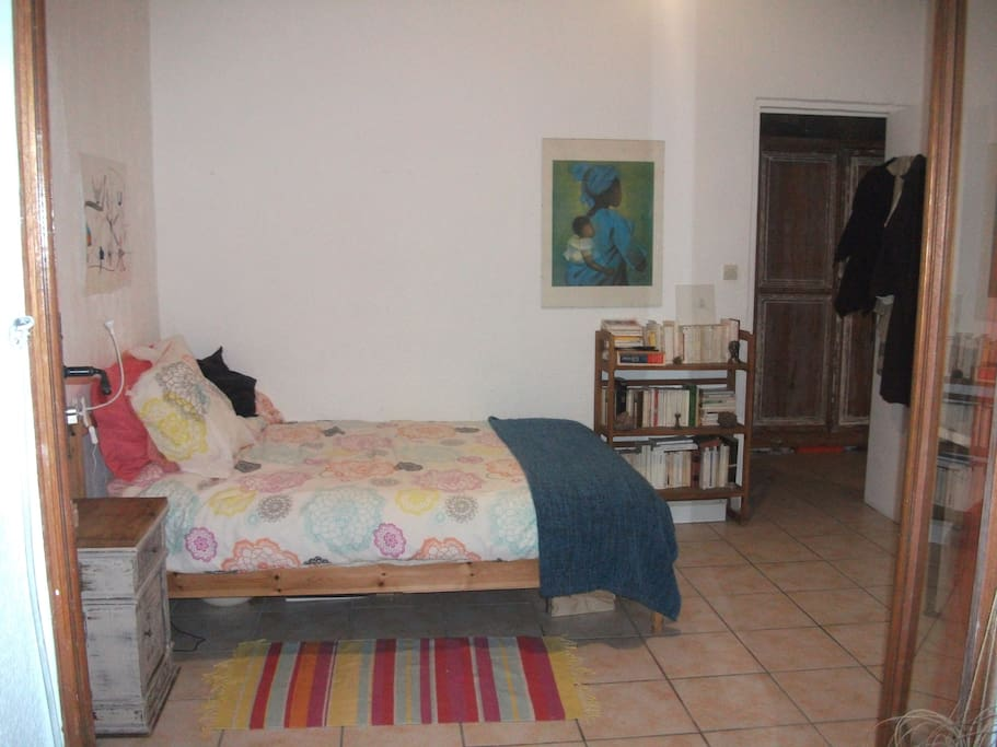 lit double (matelas confort) et grand bureau