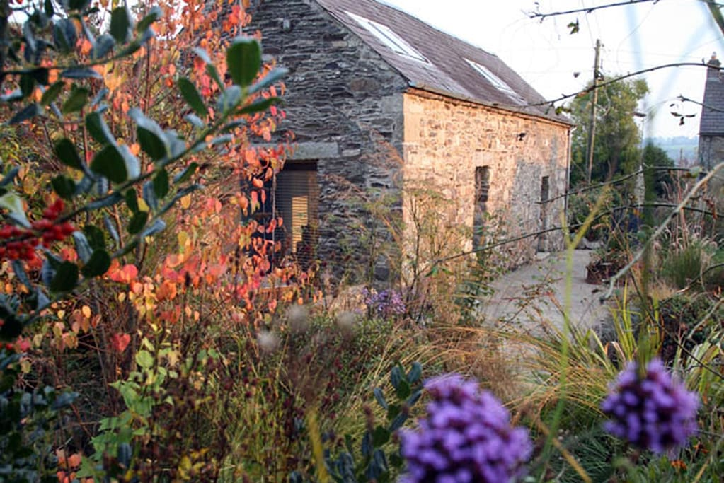 BALLILOGUE BARN WTH 2 BEDROOMS, A COTTAGE GARDEN & PRIVATE PARKING