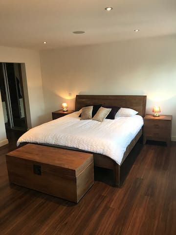 Stunning Spacious Super King Near Gatwick Airport